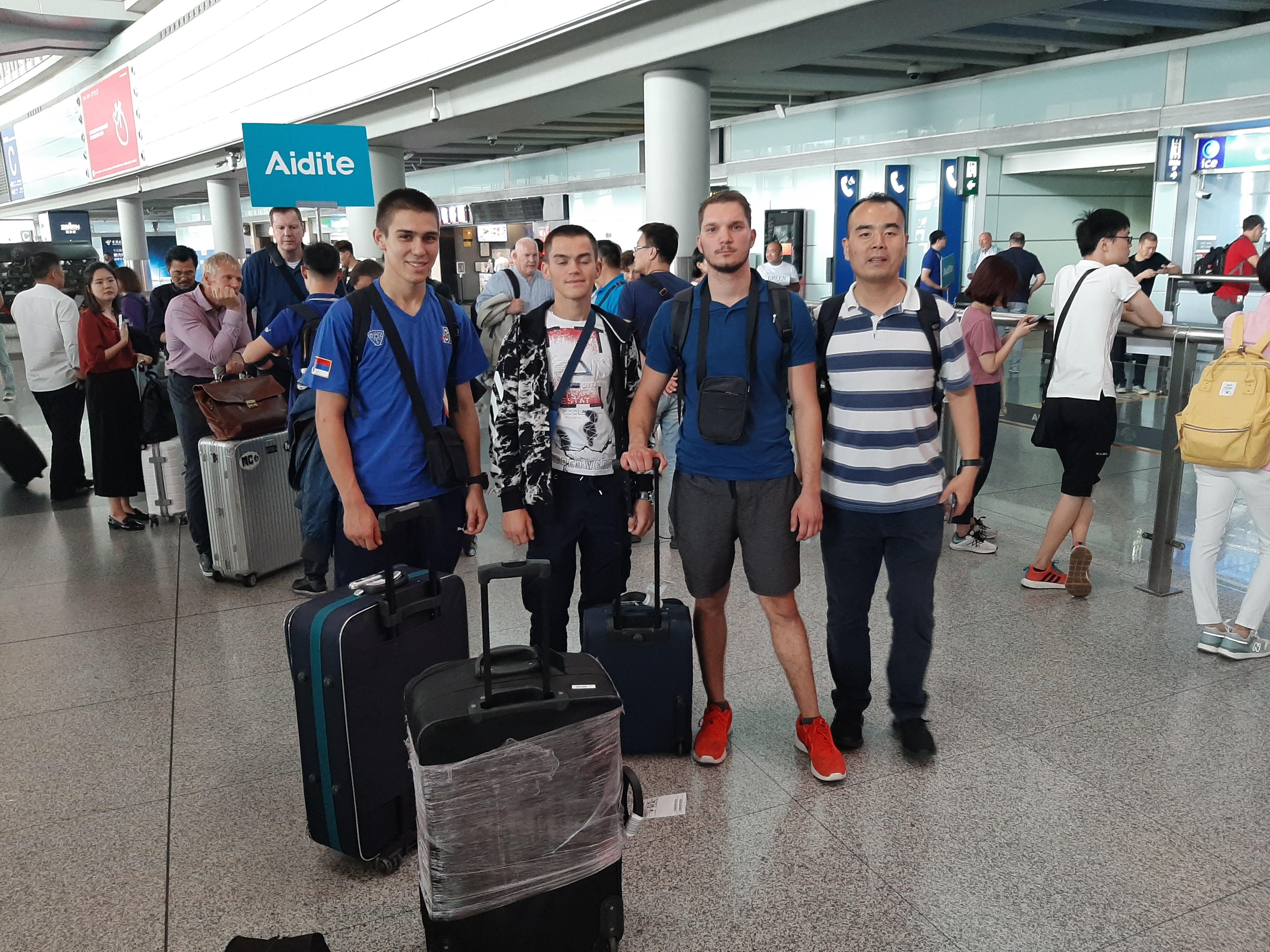 01. Na aerodromu u Pekingu sa domacinom